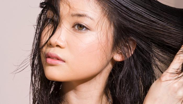 Жирнеют корни волос: что делать